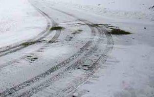 Több megyében még most is nehezítik a közlekedést a télies útviszonyok