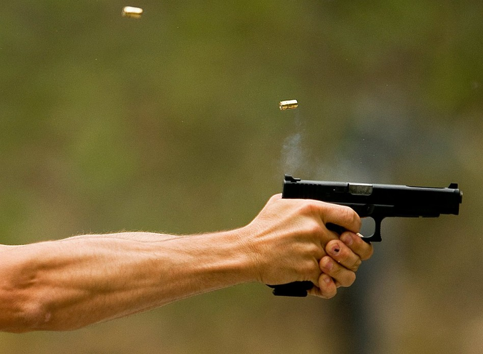 Házmesterre lőtt a piás rendőr