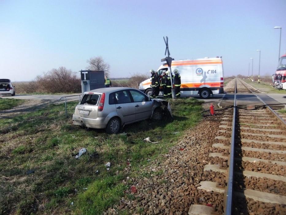 Személyautó ütközött a pécsi vonattal