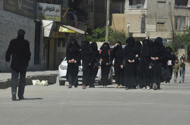 Az iszlám állam betiltotta a szűk farmert és a dohányzást