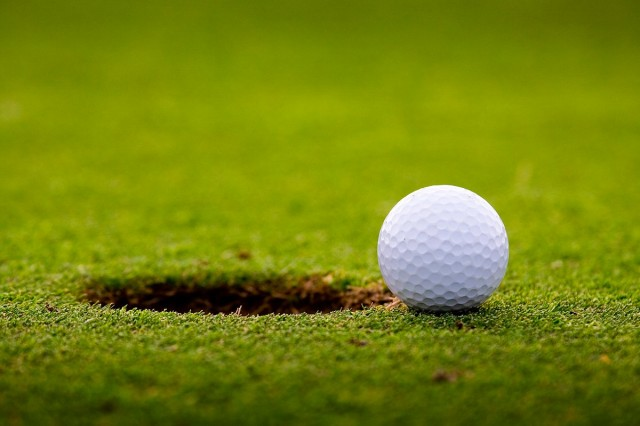 Tíz éve töltik meg a golfpálya lukjait – ki nem találná, mivel