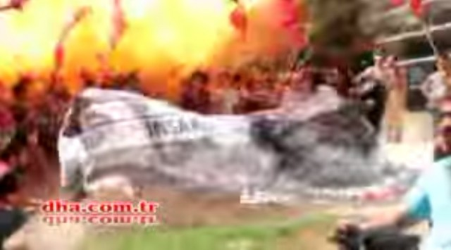 Skandáltak kicsit, majd egy robbanás szétröpítette őket – VIDEO (18+)