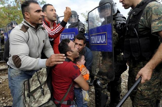 Több ezer menekült törte át a rendőrkordont