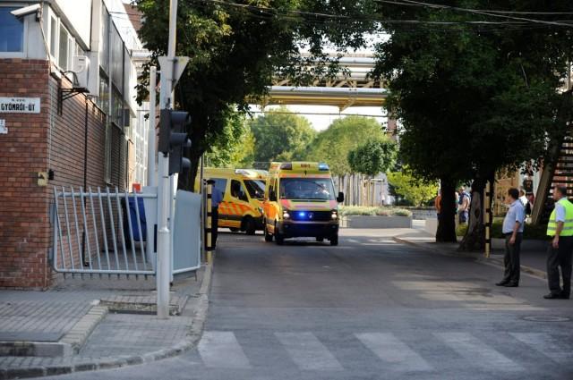 Mentőautók a Richter Gedeon Gyógyszergyár budapesti X. kerületi Gyömrői úti üzemének bejáratánál. Fotó: Mihádák Zoltán, MTI