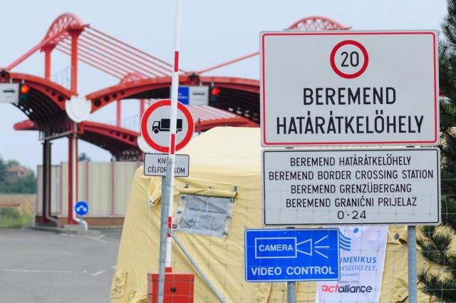 10 busznyi migráns érkezett Beremendre, Magyarbólyba szállítják őket