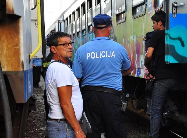 Fegyveres horvát rendőrök, letérdelt migrációs rendszer