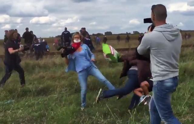 Felrúgta a gyermekével futó menekültet a riporternő