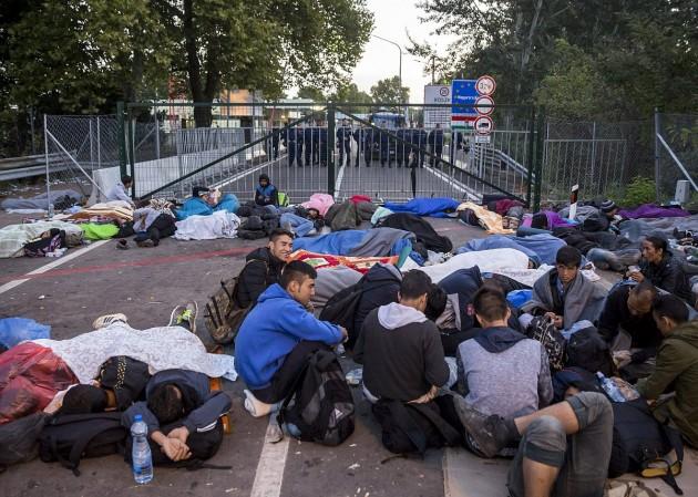 Rendőrök a magyar oldalon, illegális bevándorlók a régi Horgos-Röszke határátkelőhelynél. Fotó: Mohai Balázs, MTI