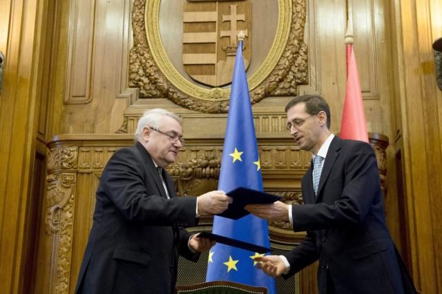 Varga Mihály nemzetgazdasági miniszter (j) és Baranyay László, az Európai Beruházási Bank (EIB) alelnöke  félmilliárd euró hitel felvételérõl szóló szerzõdést írtak alá a Nemzetgazdasági Minisztériumban. Fotó: Koszticsák Szilárd, MTI