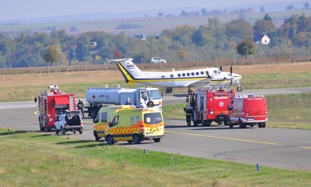Tűzoltó- és mentőautókkal volt tele a kifutó
