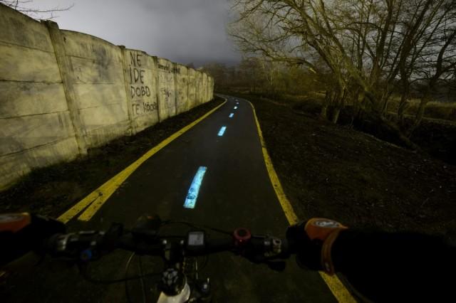Foszforeszkáló festék az egri kerékpárúton.  Fotó: Komka Péter, MTI