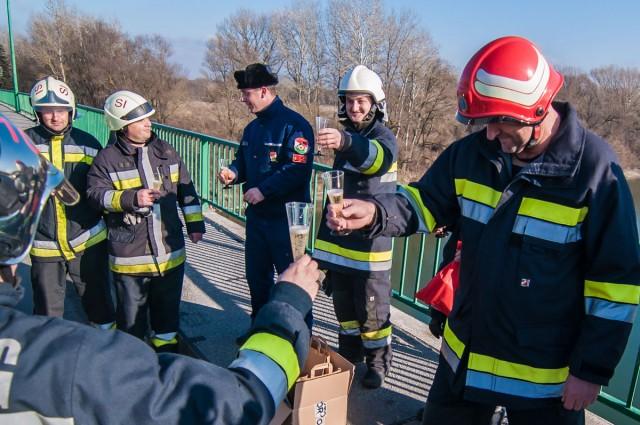 Dráva felett köszöntötték az újévet a horvát és magyar tűzoltók