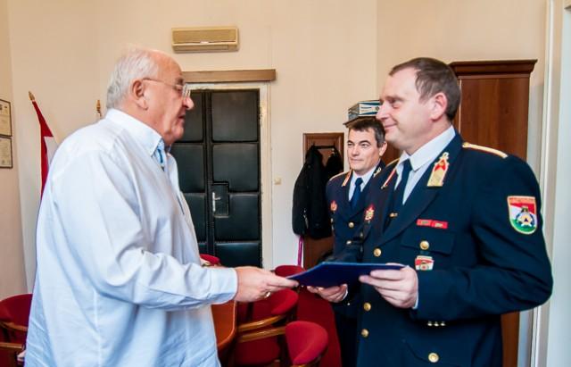 Dr. Marenics János, Siklós polgármestere emlékpapot ad át Tóth Lászlónak október 30-án.