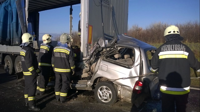 Brutális baleset Vas megyében – vasárut szállító teherautóba rohant
