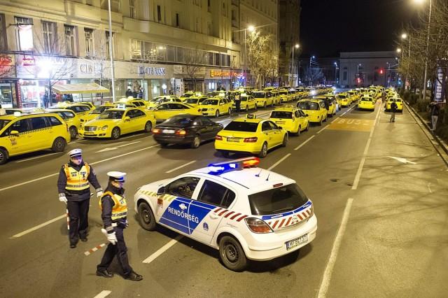 Taxisok demonstrációja az Uber szolgáltatás ellen. Fotó: Lakatos Péter, MTI