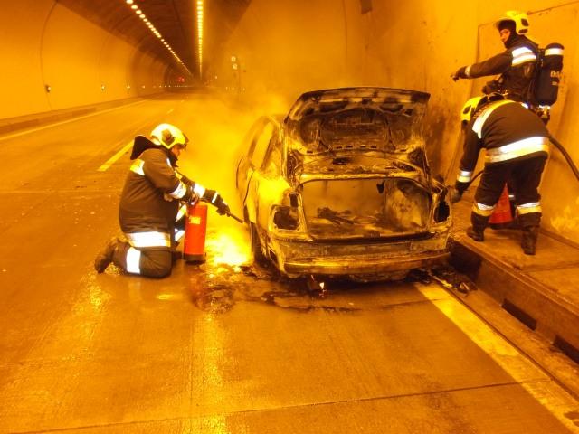 Kigyulladt egy autó az autópálya alagútjában – KÉPGALÉRIA!