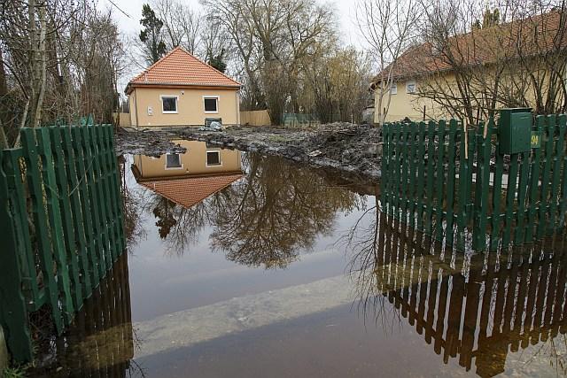 A Balaton magas vízállása miatt kialakult belvíz Balatonmáriafürdőn. fotó: Varga György, MTI