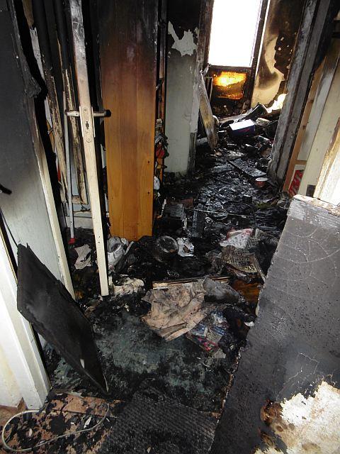 Kiégett egy lakás a tízemeletesben – FOTÓK