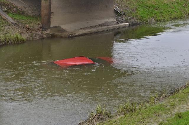 A Fekete-vízbe lökte az autót