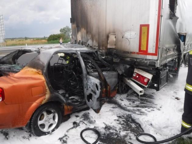 Beszorult a pótkocsi alá és kiégett – KÉPEK