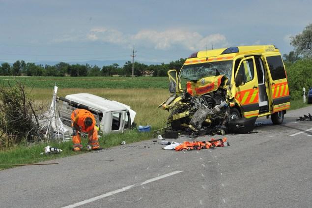 Jászberény és Jászárokszállás között június 21-én egy kistehergépkocsi áttért a szemközti oldalra, ahol összeütközött a beteget szállító mentőautóval. A balesetben súlyosan megsérült egy kismama, a mentőápoló és a mentőtiszt. Fotó: Mihádák Zoltán, MTI