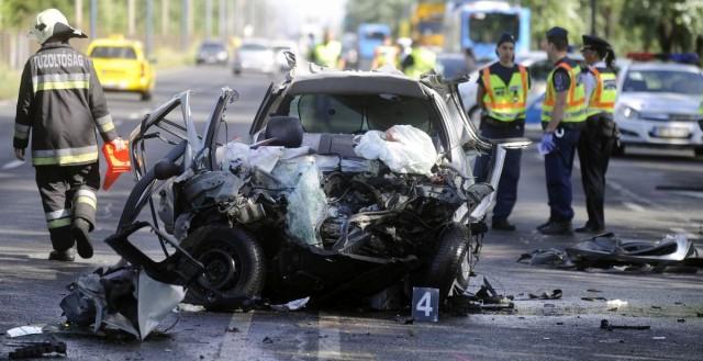 Baleset a Ferihegyi úton július 3-án. Az autó egy busszal ütközött, sofőrje a balesetben életét vesztette. Fotó: Mihádák Zoltán, MTI