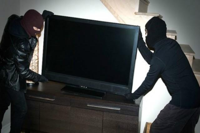 Elvitt egy tévét, bíróság elé áll