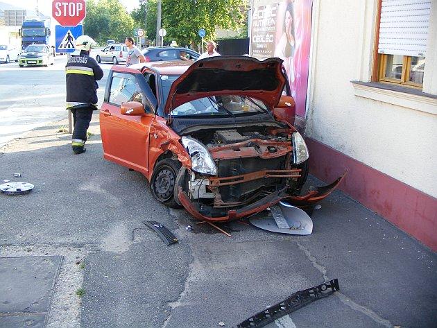 Személygépkocsik ütköztek össze péntek délután Cegléden, egy ember könnyebben megsérült.