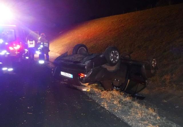 Árokba hajtott, majd felborult egy gépkocsi az M6-os autópályán Érd közelében vasárnap este. Egy nő és gyereke könnyebben megésrült.
