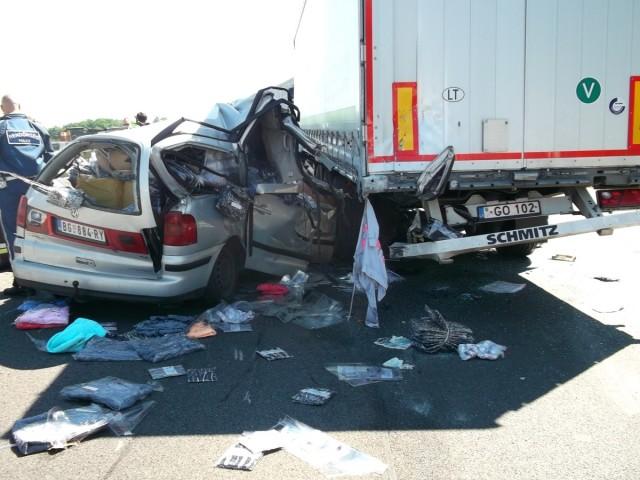 Kamion hátuljába csapódott egy személyautó az M5-ös autópályán. fotó: Katasztrófavédelem