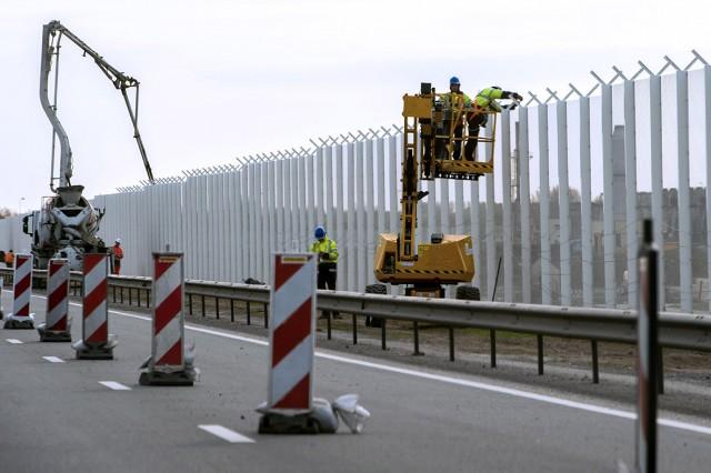 Kerítés építése Calaisnál 2015. májusában. Fotó: Philippe Huguen, AFP