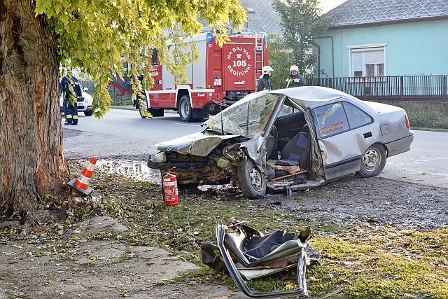 Fának ütközött egy személygépkocsi a Szabolcs-Szatmár-Bereg megyei Bujban szombaton. Egy ember meghalt, három súlyosan, egy könnyebben megsérült. Fotó: Taipusz Attila, MTI