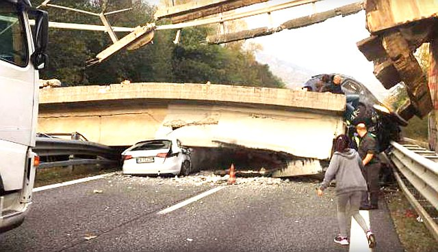 Leszakadt a felüljáró a túlsúlyos kamion alatt – VIDEO