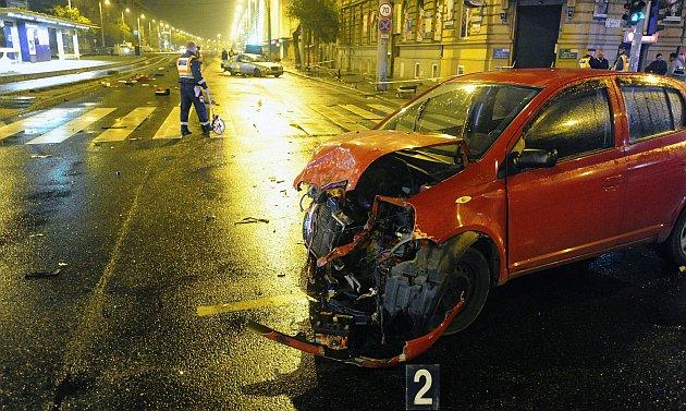 Két autó ütközött péntek este Zuglóban. Elsodortak egy gyalogost, aki a helyszínen meghalt. Fotó: Mihádák Zoltán, MTI