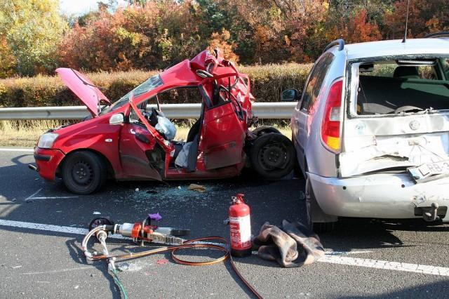Baleset pénteken az M7 autópályán. Egy személy súlyosan, három könnyebben sérült, a mikor először kamionnal, majd egymással ütköztek.