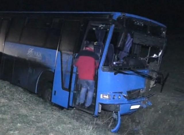 Elaludt a buszsofőr, horkolva hajtott az árokba