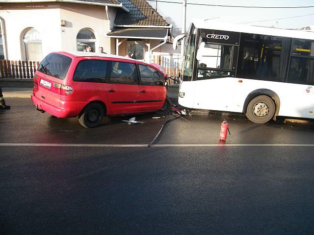 Autóbusz és személyautó ütközött
