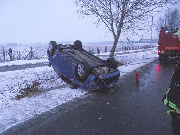 Személygépkocsi borult fel a csúszós úton csütörtök reggel a 4-es úton. fotó: Katasztrófavédelem
