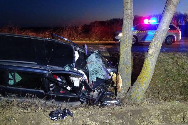 Ketten meghaltak, amikor fának csapódott az autójuk