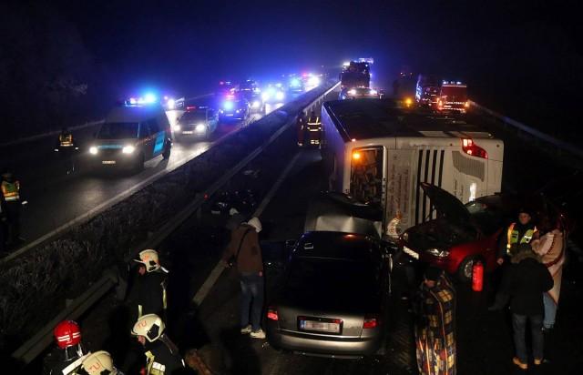 Tömegbaleset karácsony előtt: három halott, harminc sérült
