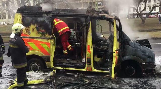 Gyorshír: kigyulladt egy mentőautó Pesten