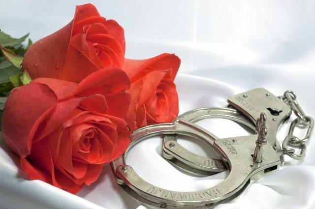 Csók helyett bilincs csattant Túronyban – rendőrök érkeztek a randira