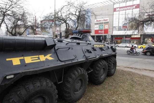 A Terrorelhárítási Központ (TEK) páncélozott szállító harcjármûve a Széna téren. fotó: Szigetváry Zsolt, MTI