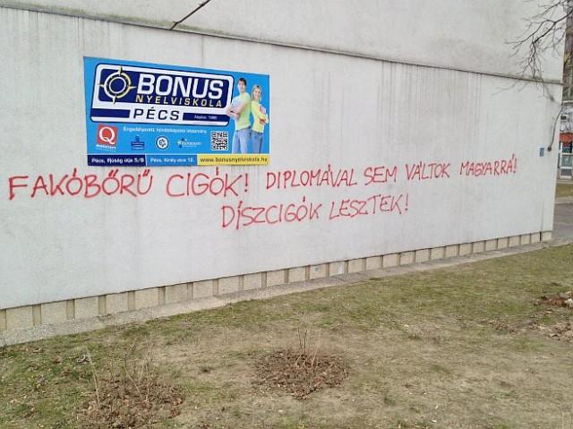 Utcára vonulnak a pécsi antiszemita felirat miatt