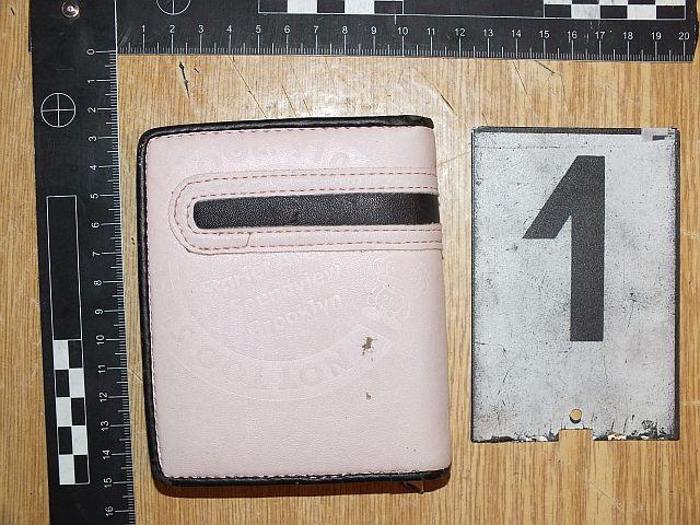 A házkutatás során találták meg az ellopott pénztárcát. Fotó: Rendőrség