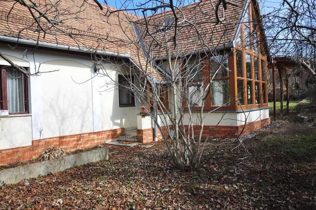 Csak a szomszédok figyelnek az üresen álló házra, ahol vérbe fagyva találták az idős német állampolgárt.