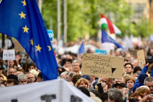 Tízezrek tüntetnek Budapesten