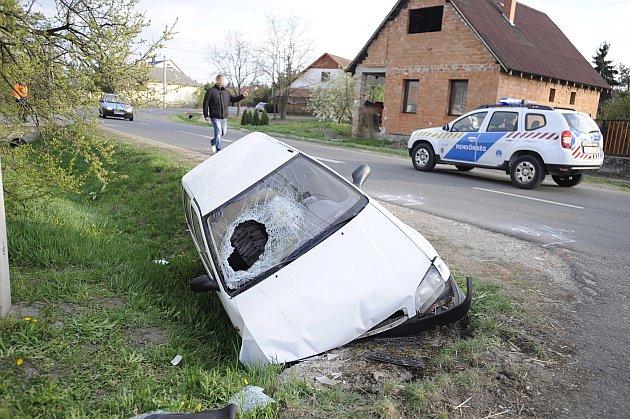 Pénteken a Pest megyei Versegen csapódott árokba egy Suzuki. Az idős sofőr a kocsi alá szorult és meghalt. Fotó: Mihádák Zoltán, MTI