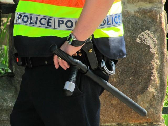 Felfegyverkezve támadt a rendőrre