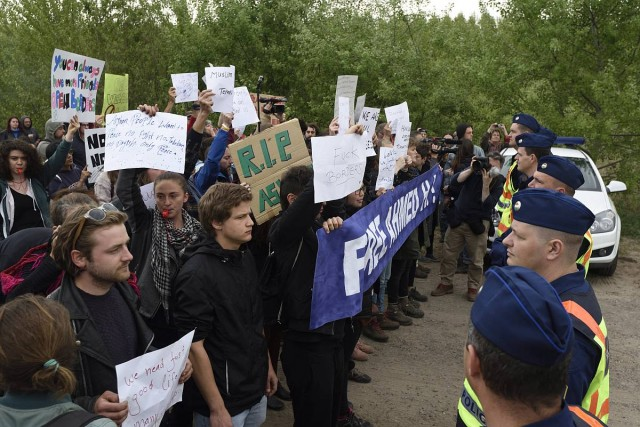 A határzár ellen tüntettek Röszkénél